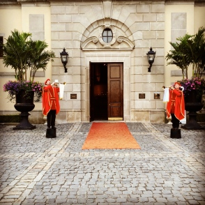 trumpets welcome ny wedding guests to Oheka Castle